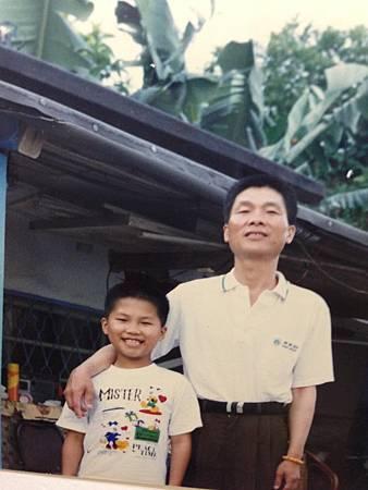 577236_639226642762500_176098665_n.jpg還記得很小的時候我都會哭著對阿嬤說我要找爸爸 從小到大老爸有很多不同時期的樣子 但是 我真的很喜歡現在的老爸.jpg