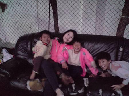 14.可愛小孩加持! 全世界最舒服、最歡樂的戶外沙發^^.JPG