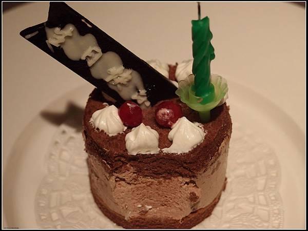還寫著生日快樂呢....已吃掉一口