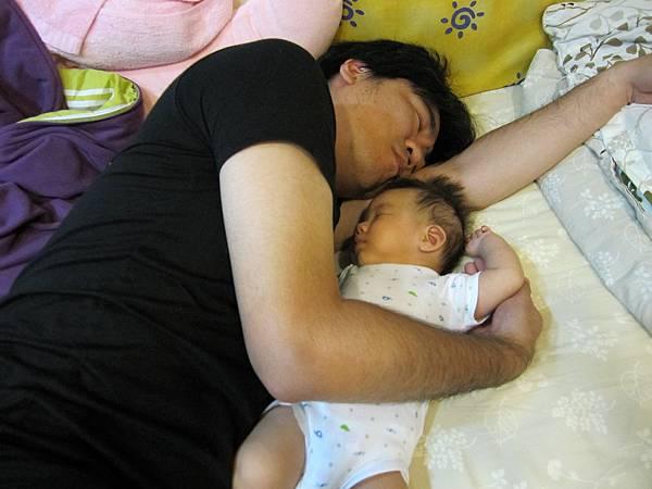 爸爸抱抱睡覺.
