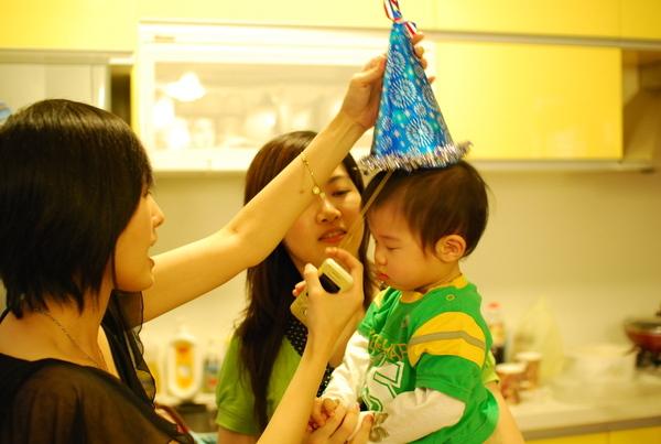Anita姨姨特別幫ㄚ家家做的生日帽唷,超可愛的啦