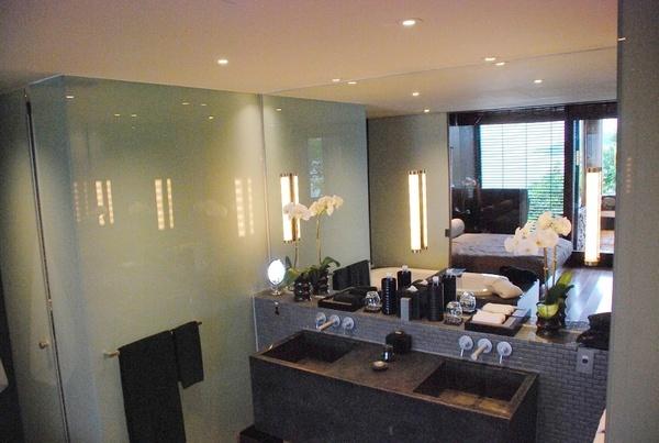 浴室..很貼心的分左右兩邊,黑毛巾是男主人,白毛巾是女主人