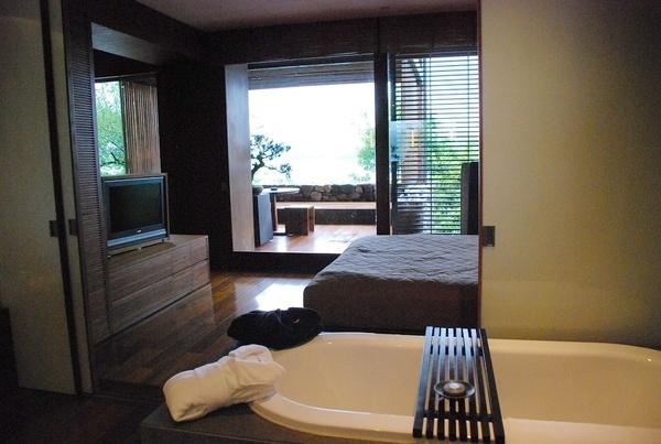 房間內的浴缸,還有一間乾濕分離的淋浴間