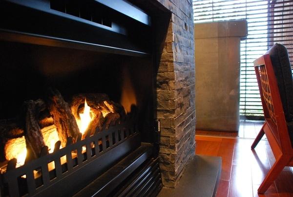 房間還有壁爐捏,可惜現在是夏天