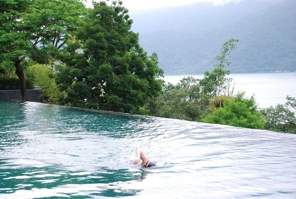 室外是「溫水」游泳池唷..真貼心