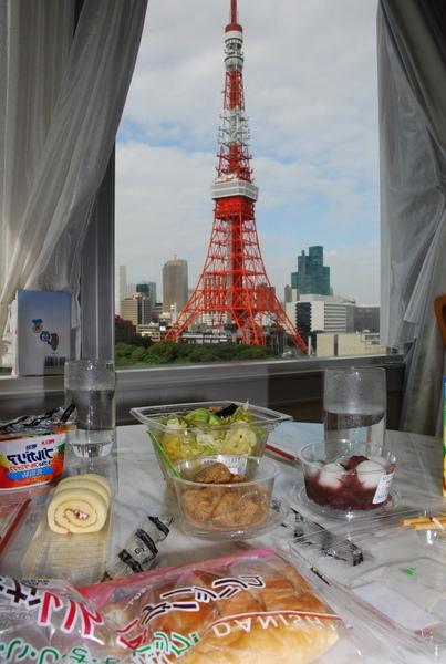 我跟EVA在房間吃早餐..還有鐵塔陪伴我們..真是悠閒又好吃