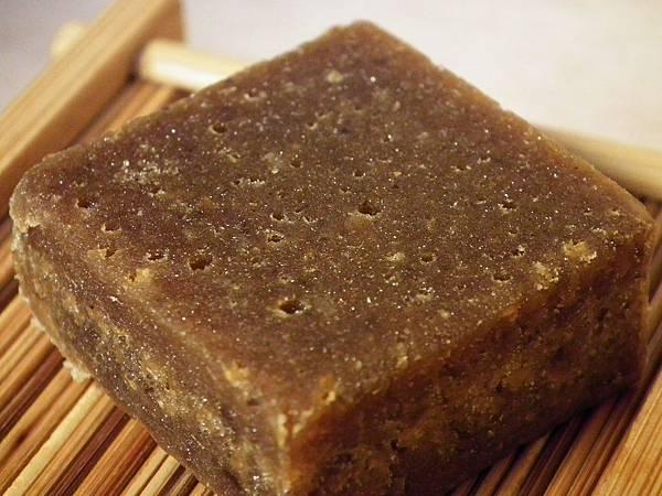 外表越粗越醜的黑糖,反倒是越高級的純手工黑糖,如表面坑坑洞洞、有白色結晶的大塊黑糖,乃是採用自然結晶方式製成,如此不平滑的外觀,卻是最高級的黑糖