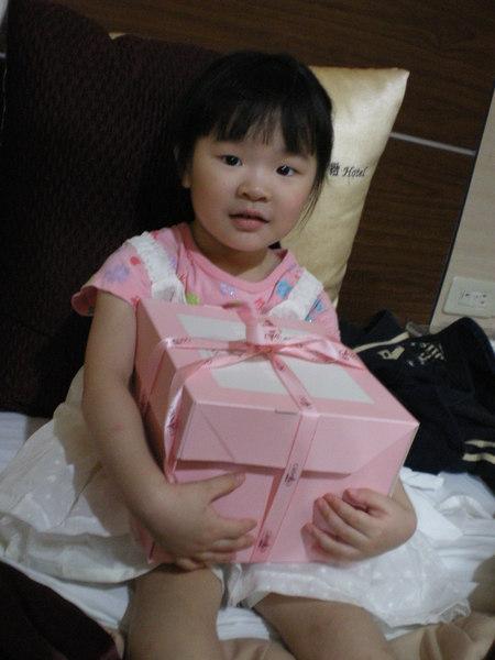 恬恬收到二阿姨送的禮物很開心