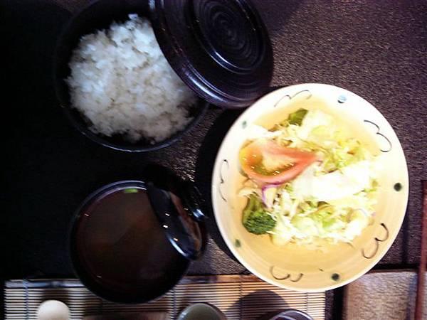 朝食のサラダとご飯