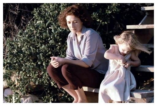 《黑蝶漫舞》英格麗瓊蔻 (卡莉絲凡荷登 飾) 失意時,女兒總相伴左右、甚至貼心給予安慰.jpg