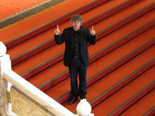 《捨愛其誰》安德烈斯在電影《一一》在場景圓山大飯店紅毯上手比「一一」向楊德昌致敬.jpg
