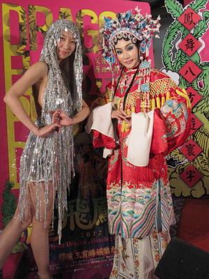 「山寨崔姬」朱家儀(左)與小旦周岑頤(右)華麗吸睛出席《龍飛鳳舞》首映會.jpg