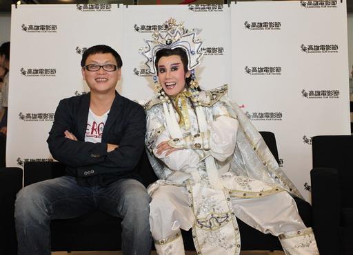 影評讚譽《龍飛鳳舞》「看起來比郭春美(右)的演技更令人驚豔的,大概是導演王育麟(左)的執導功力完全脫胎換骨」.jpg