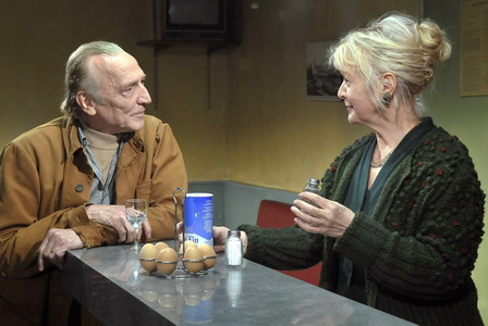芬蘭影后愛琳娜沙羅《溫心港灣》賣酒意外奪下「芬蘭奧斯卡」最佳女配角(左為歐洲電影獎男星安德烈威姆斯Andre Wilms)