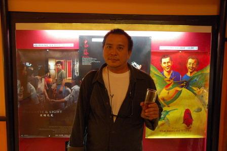 張作驥導演於維也納電影展開幕式時,在該放映戲院的櫥窗前舉杯