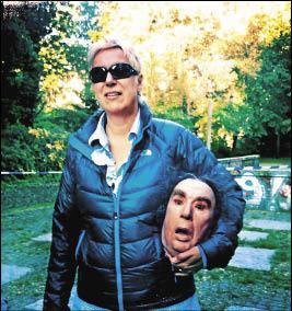 多莉絲朵利在《罪愛妳》拍片現場拿著栩栩如生的道具人頭,嚇到不少不知情的人。