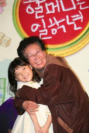 「韓版文英」金貞久《阿嬤的小學堂》影后大熱門 左為片中孫女童星申彩妍