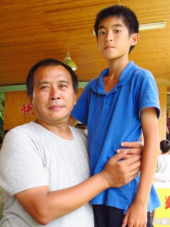 楊亮俞有張作驥兒子的FU《暑假作業》殺青宴引發「聯想」