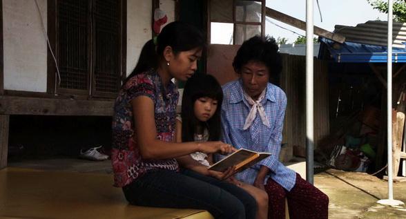 申彩妍在《阿嬤的小學堂》儼然「讀書會」會長