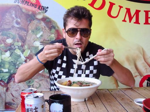 《EVA奇機世界》導演凱克麥羅(Kike Maillo)離台前終於吃到牛肉麵了