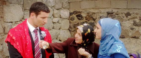 法瑪特夫人(中, 妮哈爾柯達斯Nihal G. Koldas)推帥兒(姆拉坦穆斯魯Murathan Muslu)作餌、假婚掀風暴《嫁禍》震撼紐約奪最佳劇情片大獎