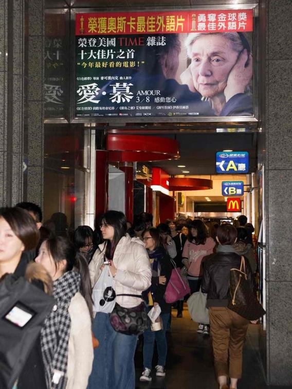 中韓棒球大戰之夜《愛‧慕》首映人潮擠爆觀眾投訴