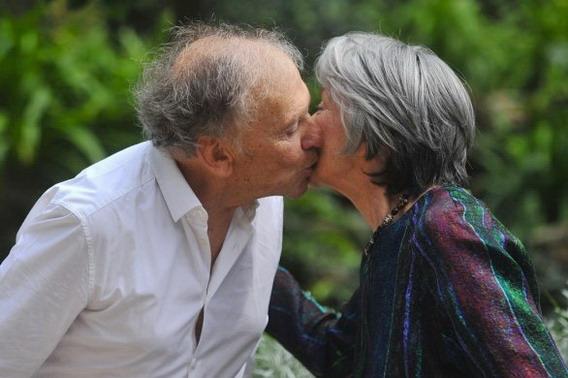 北市票房三百萬《愛‧慕》公佈該片女主角艾曼紐麗娃(Emmanuelle Riva)與男主角尚路易坦帝尼昂(Jean-Louis Trintignant)的親吻照