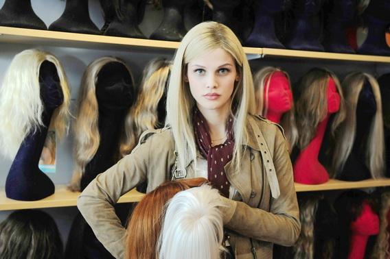 痛恨病魔、熱愛時尚《9頂假髮的女孩》女主角蘇菲(麗莎托瑪雀絲基Lisa Tomaschewsky飾)9種身分活得精彩