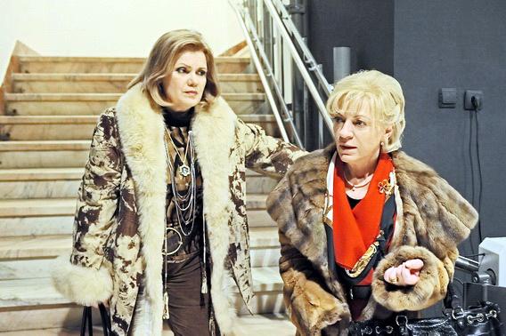《愛的佔有慾》喬吉烏不僅與她的醫師妹妹(歐嘉薛茜Olga Cerchez飾)合扮名流