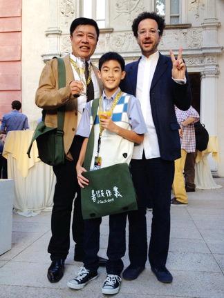 影展總監卡洛夏特瑞安(Carlo Chatrian)刻意用臺灣人最愛的YA手勢與《暑假作業》製片高文宏、男主角楊亮俞於歡迎酒會合影