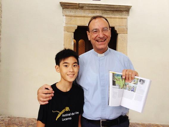 神父拿影展手冊看到《暑假作業》男主角又驚又喜