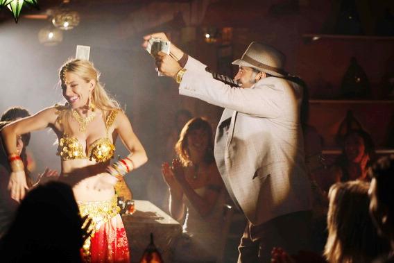 席安娜米勒變身肚皮舞孃《逍遙舞孃》披爆乳裝酒吧撈金