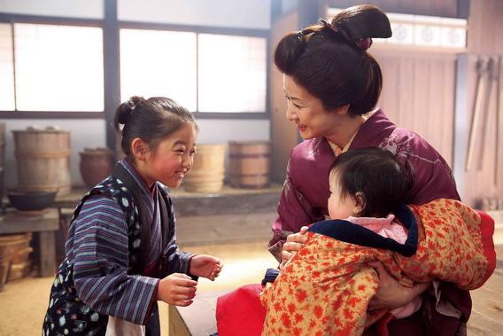 「第一代小阿信」小林綾子(右)在電影《阿信》中飾演加賀屋米店年輕老闆娘(左為「小阿信」濱田茲音)