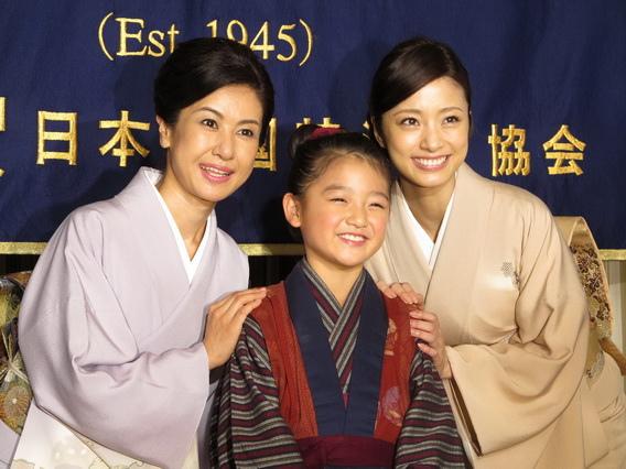 電影《阿信》日本上映前,小林綾子(左)帶著新一代「阿信母女」上戶彩(右)與濱田茲音拜訪外派記者協會。