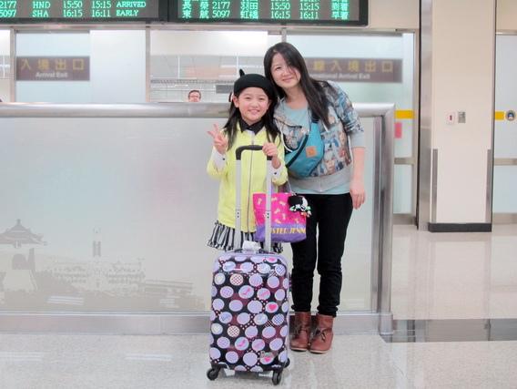 濱田茲音(左)與媽媽剛下飛機