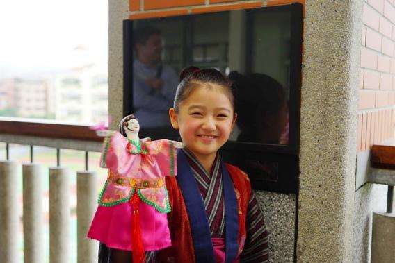 濱田茲音超愛台北教育大學附小的小朋友送給她的小旦布袋戲偶