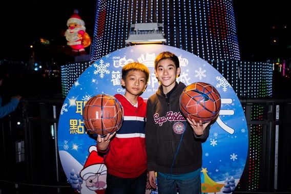 楊亮俞和謝明詮不約而同互贈籃球,竟和《暑假作業》兩人互尬球技的絕佳默契不謀而合