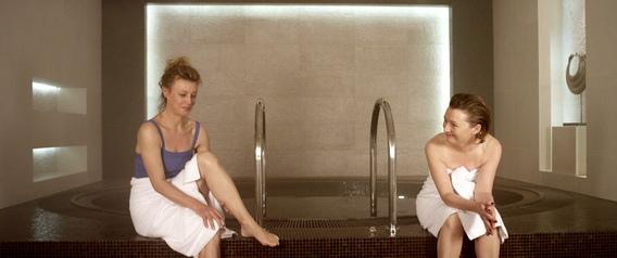 義大利影后瑪姬麗塔貝(左)與英國影后蕾絲莉蔓薇爾(右)享受《5星級美好人生》