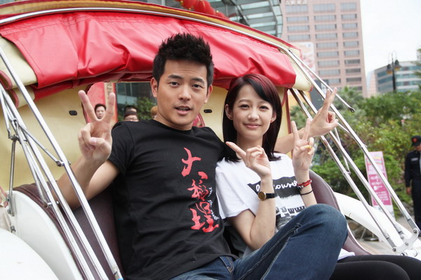 宥勝、簡嫚書坐馬車扮王子與公主