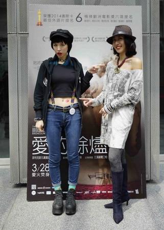 搖滾女聲魏如昀與金馬女星張詩盈參加《愛的餘燼》電影試片,互指對方身上刺青