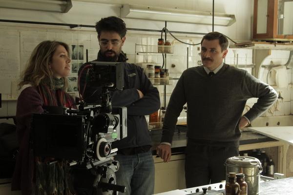 露西雅普恩佐(Lucia Puenzo, 左)請來真正醫生跟拍,順便權充電影的醫學顧問(右為演德國醫生的演員艾力克斯布倫德穆爾Alex Brendemuhl)