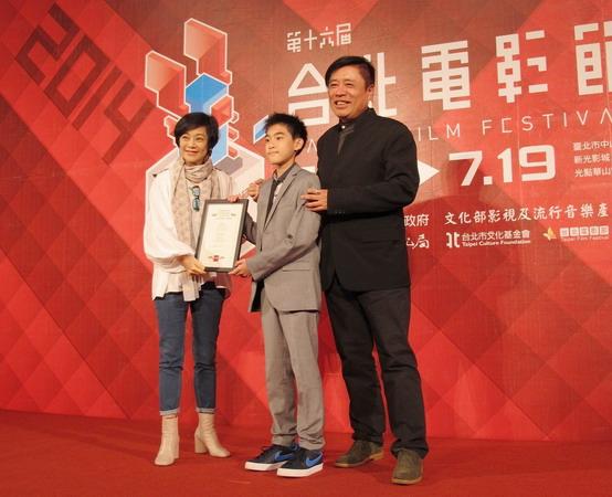 台北電影節主席張艾嘉(左)頒發入圍證書給《暑假作業》男主角楊亮俞(中)、製片高文宏(右)