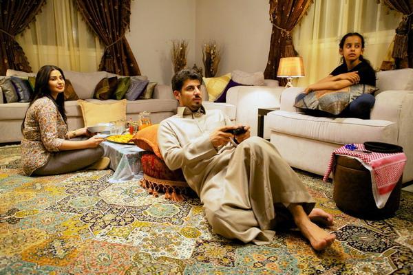 《腳踏車大作戰》黎姆阿杜拉待在家的老公只會翹腳打電動,夫妻零互動