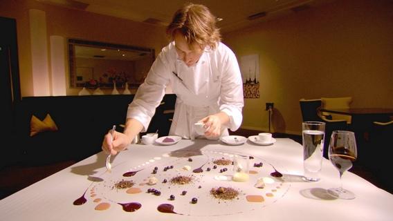 1《夢饗米其林》廚神格蘭特阿卡茲 把桌布當畫布, 以甜點來作畫
