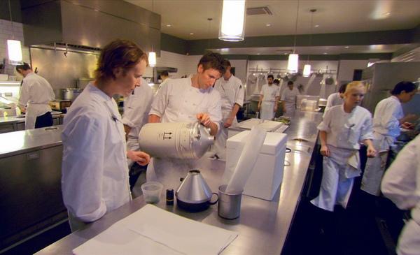 美食家高 雯,與「雙廚出任務」帥哥廚師Soac對廚神阿卡茲的餐廳「段落符號」歎為觀止