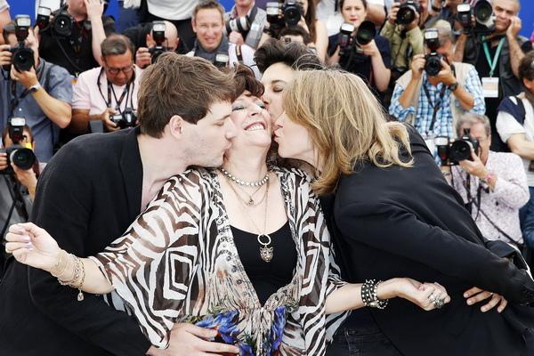 《我媽媽是派對女孩》導演山繆賽斯(左一)在坎城紅毯對媽媽索妮雅獻吻