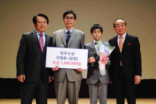 右為大會主席金漢吉,左為Guro 市長李星 中為楊亮俞及爸爸楊榮凱