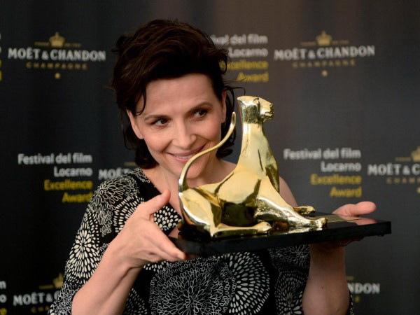 茱麗葉畢諾許 不時端視她的「金豹獎」相當開心