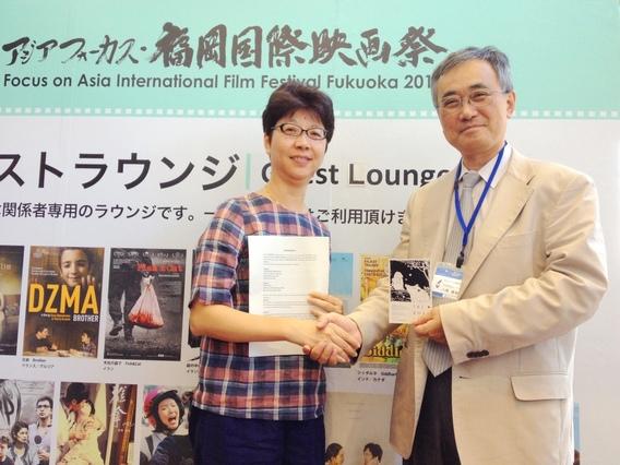 1「福岡電影資料館」的主任八尋義幸(右)認為《山豬溫泉》片中的溫暖與感動,一定會讓日本觀眾特別感同身受,左為導演郭珍弟
