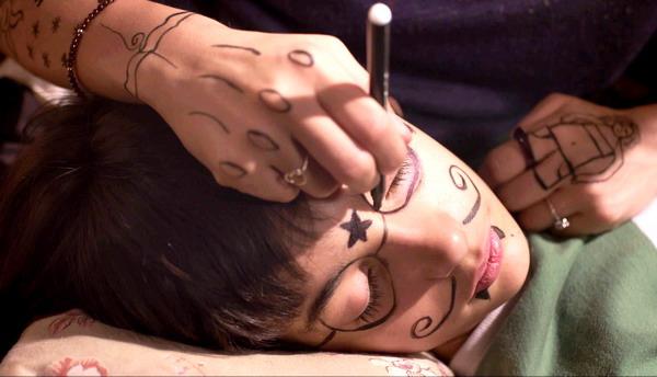 童星亞力山卓在《鯰魚很驚奇》被影后西蒙娜阿雅拉在臉上鬼畫符,模樣相當逗趣